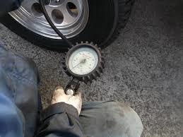 測定には専用のエアゲージを使用します。